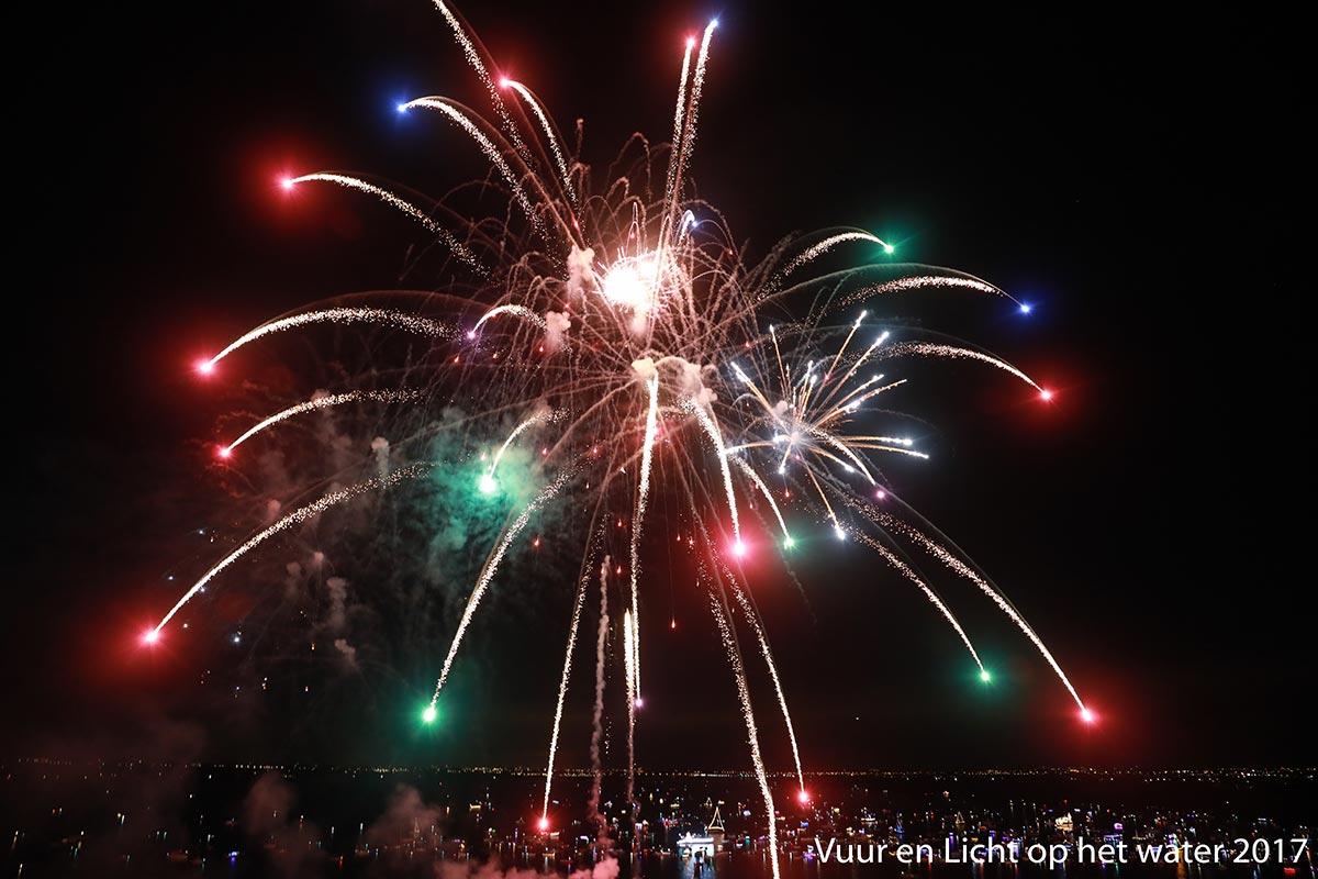 Vuur en Licht op het water - Vuurwerk 2017 © www.kicksfotos.nl